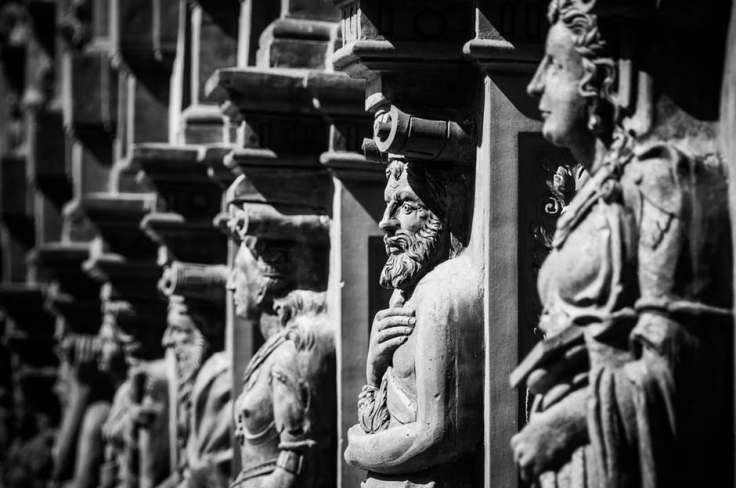 renaissance-schallaburg-figures-facade